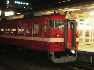 夜の東室蘭駅で出発を待つ列車