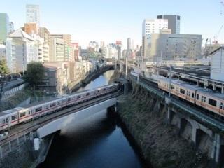 丸ノ内線と中央線の車両が写る御茶ノ水駅