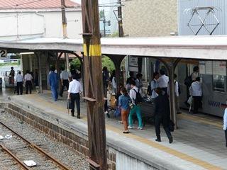 汐見橋駅の改札を出ようとする乗客たち