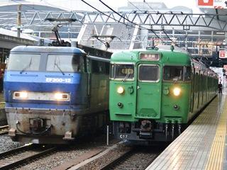 JR草津線・緑一色113系車両とJR貨物EF200形電気機関車12号機