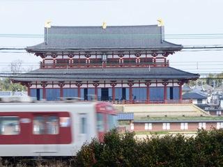 平城京跡を貫通する近鉄電車