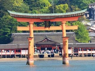 厳島神社鳥居1(フェリーから)
