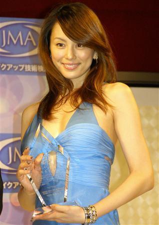 ブルーのドレスの米倉涼子