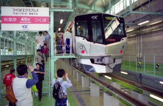 検車ピットでは、電車の各装置の説明や車内設備が案内されて ...
